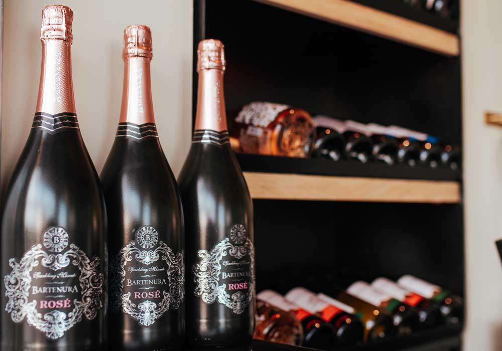 שלושה יינות רוזה על מדף